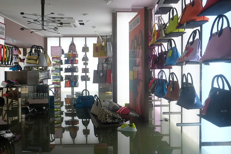 Затопленный магазин модных сумок, продавцы уже подсчитывают ущерб.