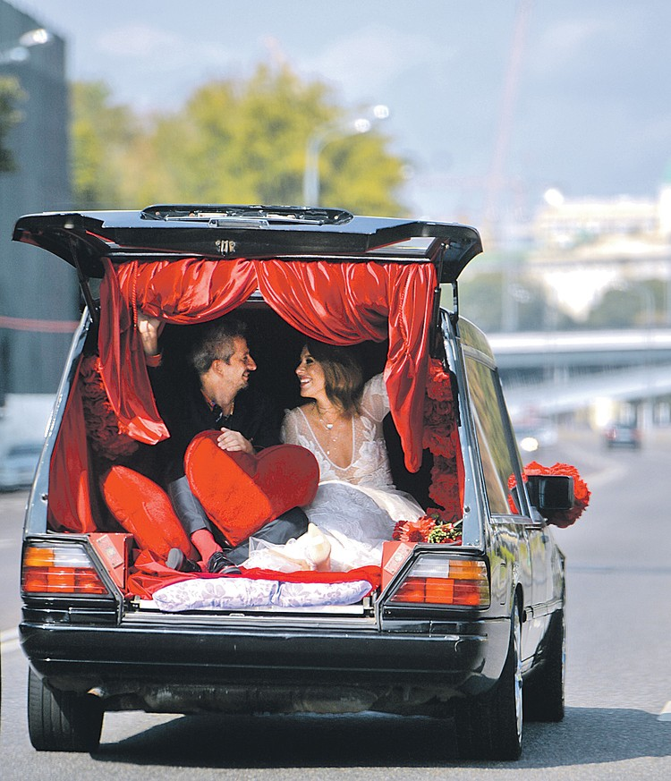 Катафалк вместо свадебного лимузина на скандальной свадьбе возмутил Михалкова до глубины души.
