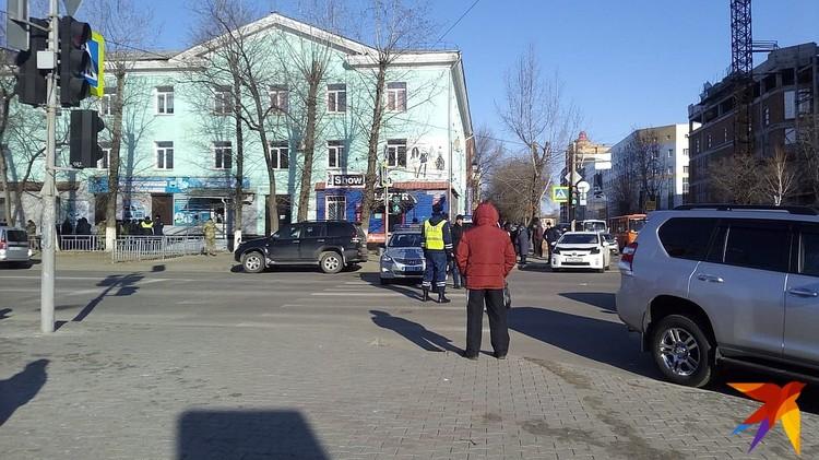Полицейское оцепление у здания колледжа.