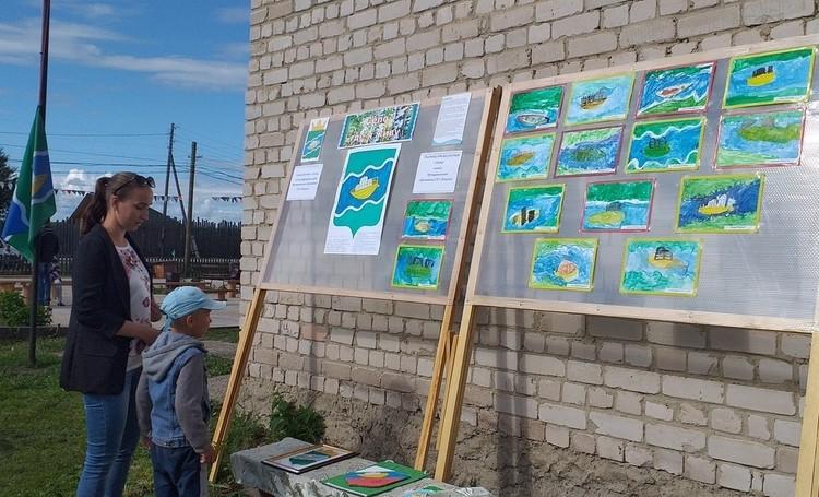 Библиотекари провели с самыми юными ношулянами мастер-класс «Ношульский кораблик» и подготовили выставку детских работ. Фото: Группа ТОС «Пионер» ВКонтакте