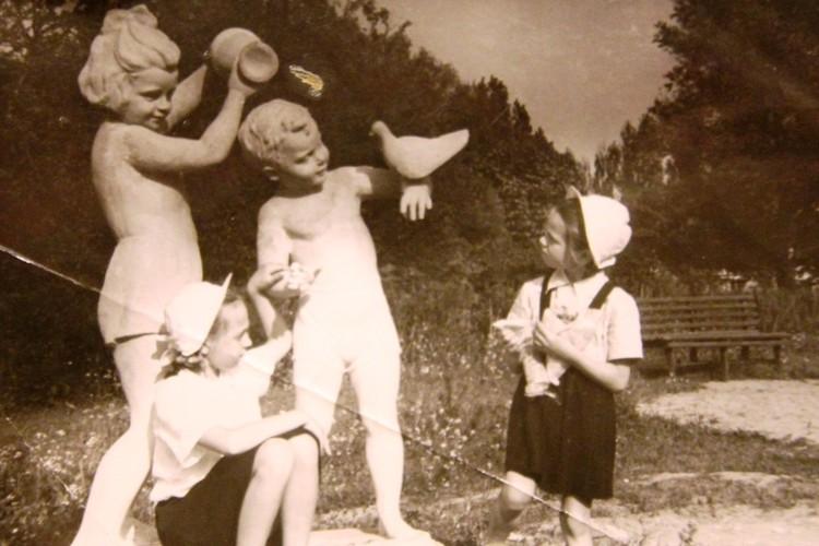 Девочки и скульптуры. Это тоже Девау. Слева - Нелли Смирнягина.