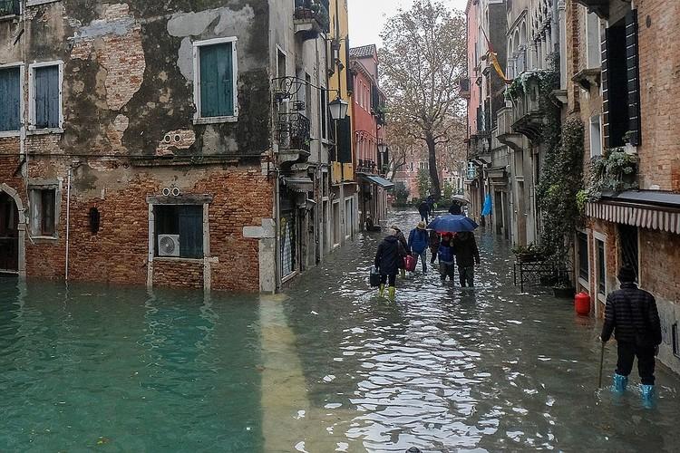 Местами улицы Венеции отличаются от каналов лишь глубиной воды.