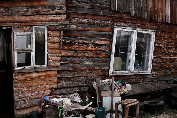 Когда сгорел дом, семейная пара поселилась в бане. Фото: Виктор ГОРЕЛОВ.