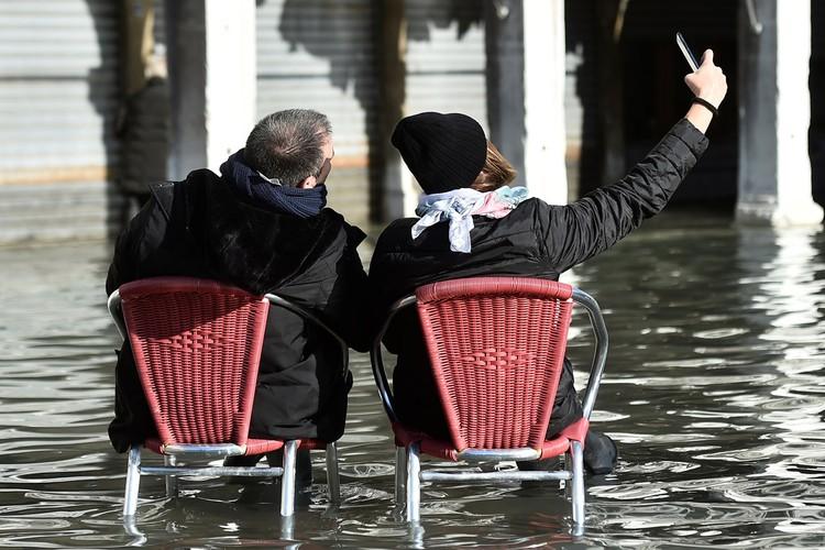 Туристы в центре Венеции.