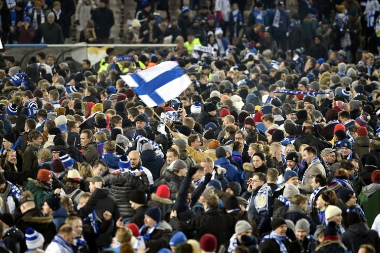 После игры массовые гуляния начались прямо на поле в Хельсинки.