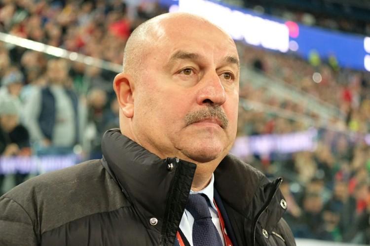 Тренер сборной России Черчесов весь в напряжении и волнении