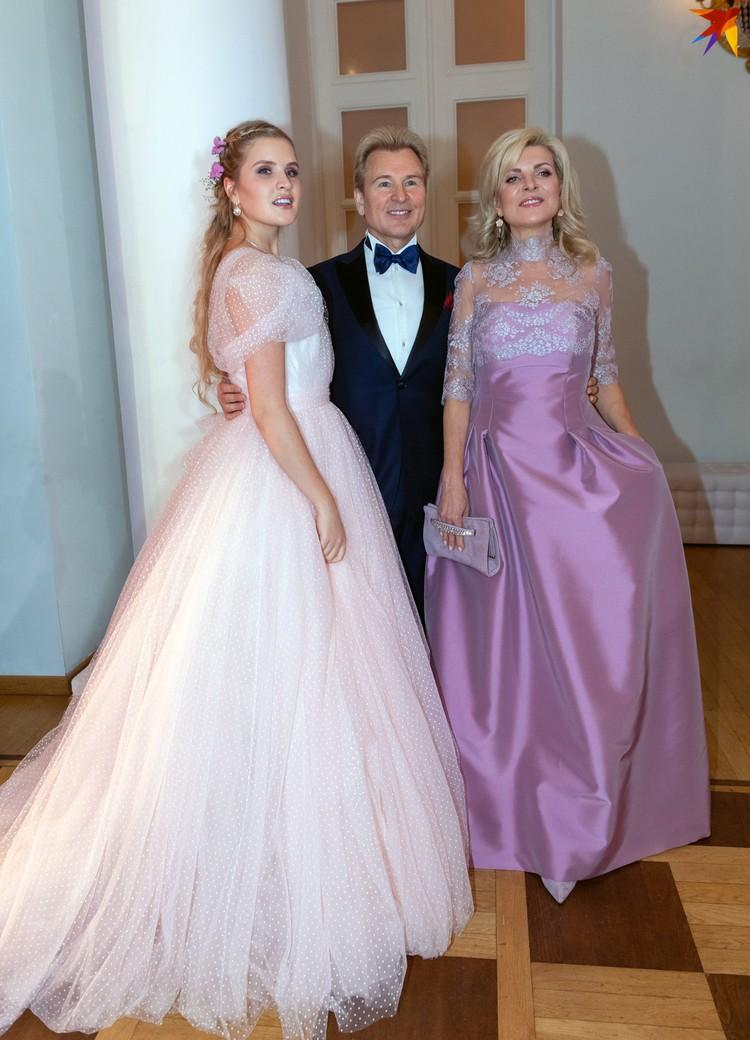 Александр Малинин с женой Эммой и дочерью Устиньей.