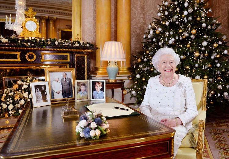 Елизавета II во время Рождественского обращения к британцам.