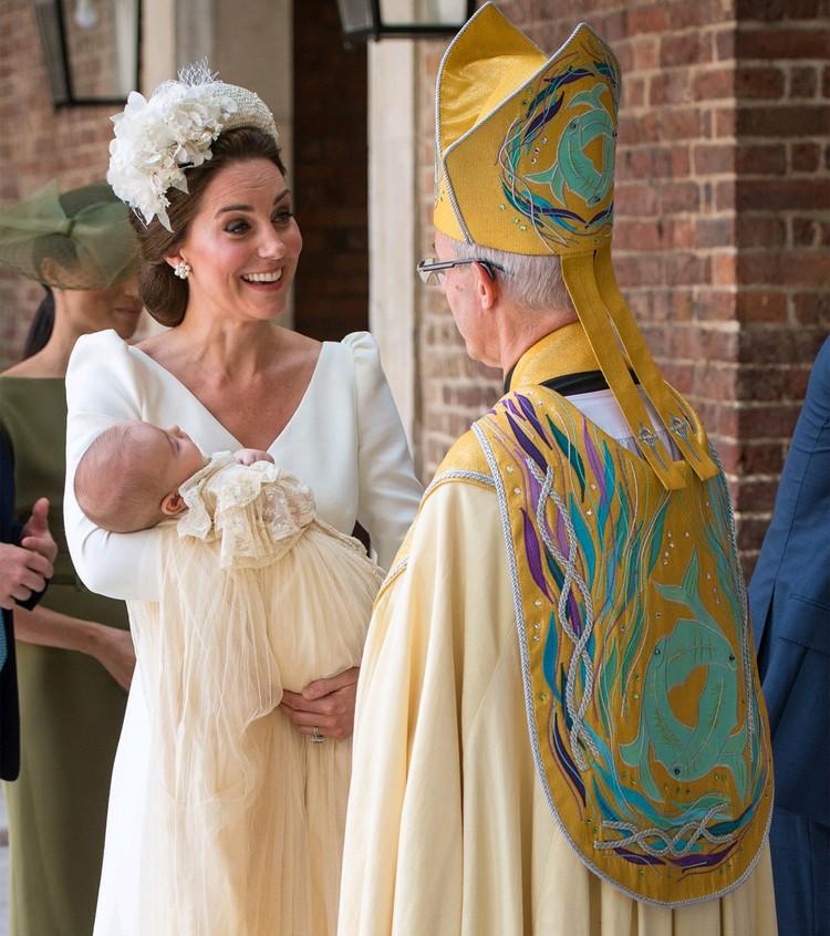 Принц Луи Кембриджский в крестильной рубашке Виндзоров на руках у мамы, 2018 год.