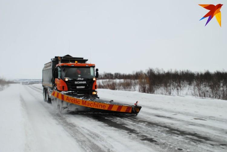 Даже тяжелой машине бывает скользко на льду.