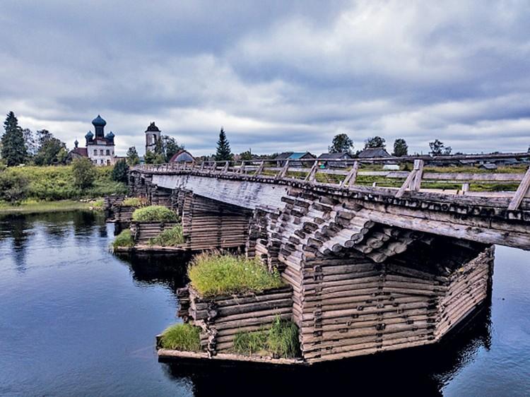 Архангельская область, Кенозерский национальный парк. Деревянный пешеходный мост у деревни Измайловская