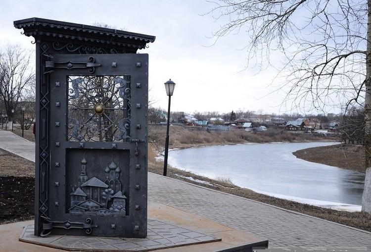 А в Вологде тоже есть ворота без забора! Фото Вологда-портал.