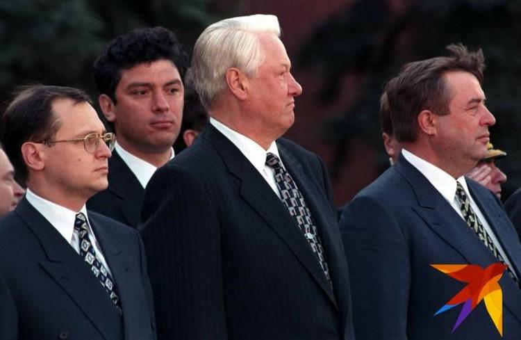 Позади Бориса Николаевича можно увидеть Бориса Немцова, который, по словам Валентина Юмашева, также одно время рассматривался в качестве преемника.