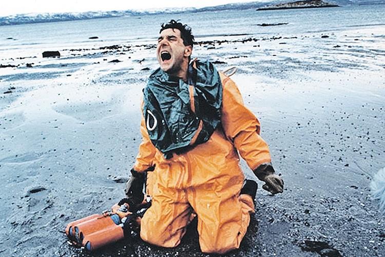 Один из лучших кадров фильма «72 метра». Герой Сергея Маковецкого выбрался на берег, на нем - индивидуальный костюм для выхода «мокрым» способом