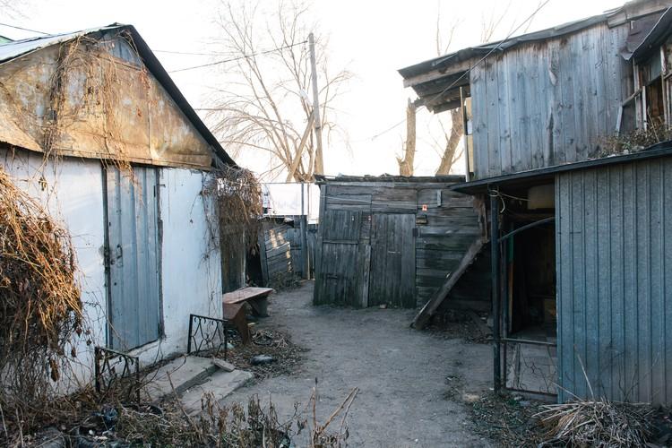 Рядом с современным мостом - ветхие домики с печным отоплением и удобствами на улице