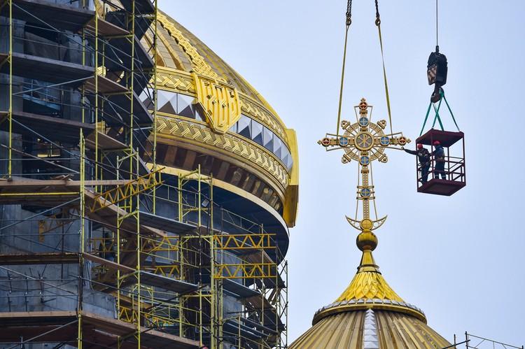 Строительные работы ведутся 24 часа в сутки. Фото: Минобороны России