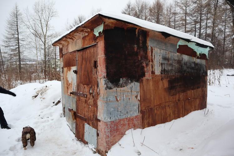 Так выглядит гараж-будка с запертой собакой.