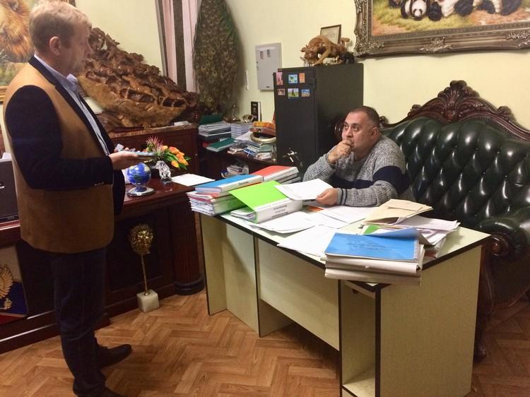 Прямо сейчас Карен Даллакян и Олег Зубков разбирают документы. Фото: Кристина Высоцкая.