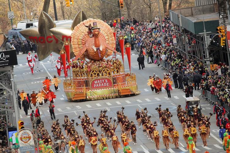 Огромная фигура главного символа Дня благодарения - праздничная индейка