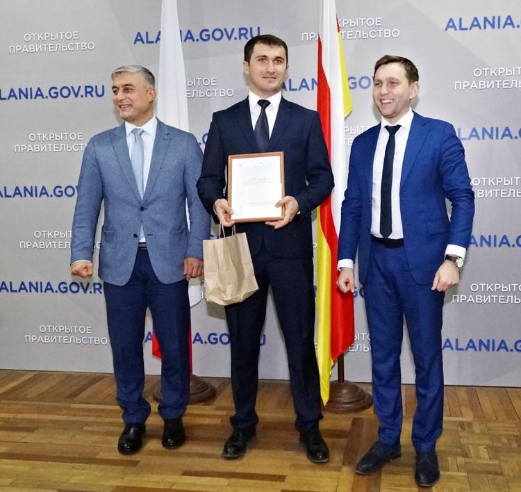 Сослан Кочиев, победитель Георгий Табуев (проект «Онлайн-садик») и Денис Богатов. Фото Залины Губуровой.