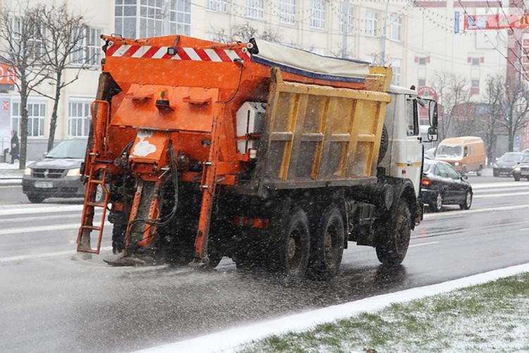 """За последние сутки только """"Горремавтодор"""" задействовала на дорогах Минска 603 единицы спецтехники, 699 уборщиков территории и израсходовал 984 тонн противогололедного реагента."""