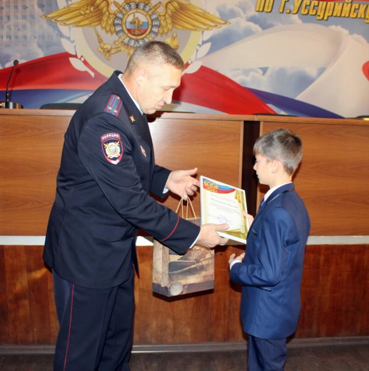 Сергей Абрамов, начальник уссурийского отдела полиции, вручил благодарственное письмо Никите.