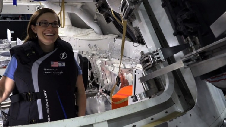Кэт Кодерре (Kat Coderre) — одна из создательниц защитного жилета на борту «Ориона». Сама к Луне не полетит, отправит двух манекенов.