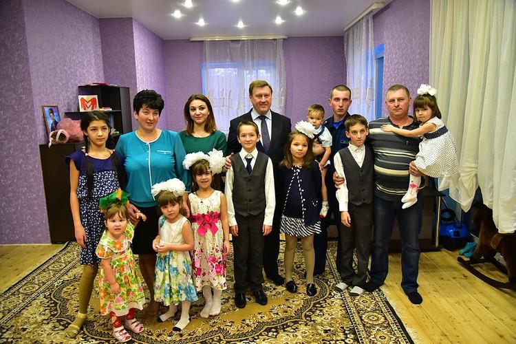 В 2017 году семья Куприяновых построила новый дом (Таня и Лиза в нижнем ряду крайние слева). Фото: личный архив.