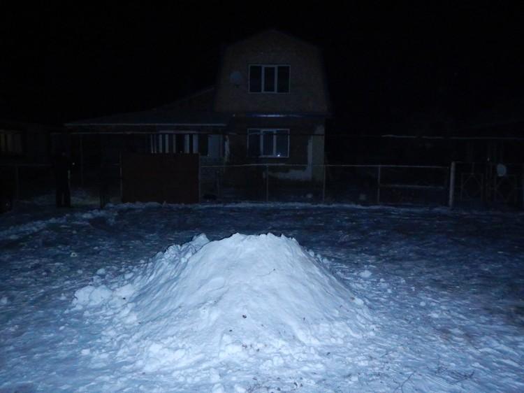 Мальчишки сгребли весь снег с площадки, чтобы соорудить сугроб. Фото: https://nnovgorod.sledcom.ru/