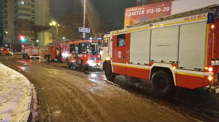 На место пожара стягивается техника со всех районов города Фото: МЧС Свердловской области