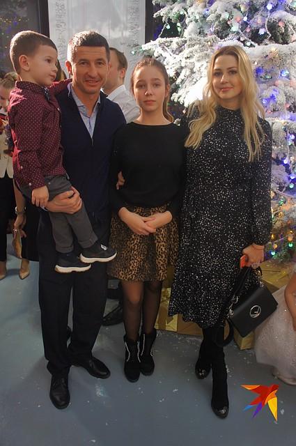 Евгений Алдонин с дочкой от Юлии Началовой, с женой и сыном Фото: Алена МАРТЫНОВА