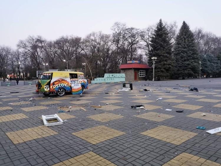 Площадь была обильно усеяна множеством осколков. Фото: instagram.com/rostov_roads