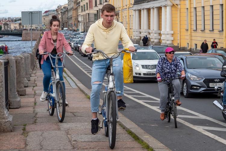 К «Велогороду» у петербуржцев регулярно возникают претензии: то приложение не работает, то станции открываются невовремя, то велосипеды на них стоят обшарпанные. Однако одно ясно совершенно точно - с «Велогородом» все же лучше, чем без него.