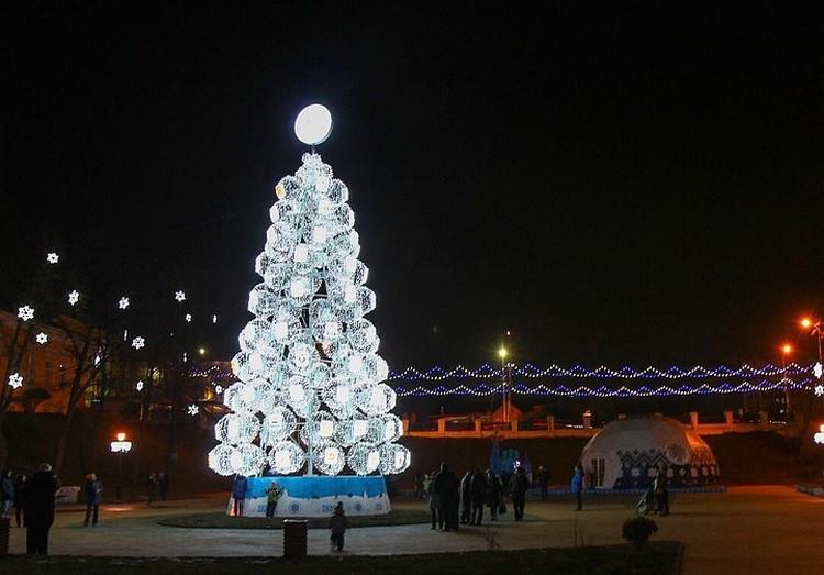 По словам Елены Сорокиной, 7 декабря должна была зажечься елка на Лыбедском бульваре, а на площади Ленина это произойдет неделей позже.