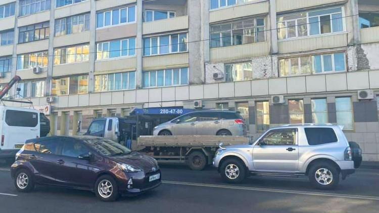 Авто нарушителей парковки оперативно забирают. Фото: Полина Степаненко