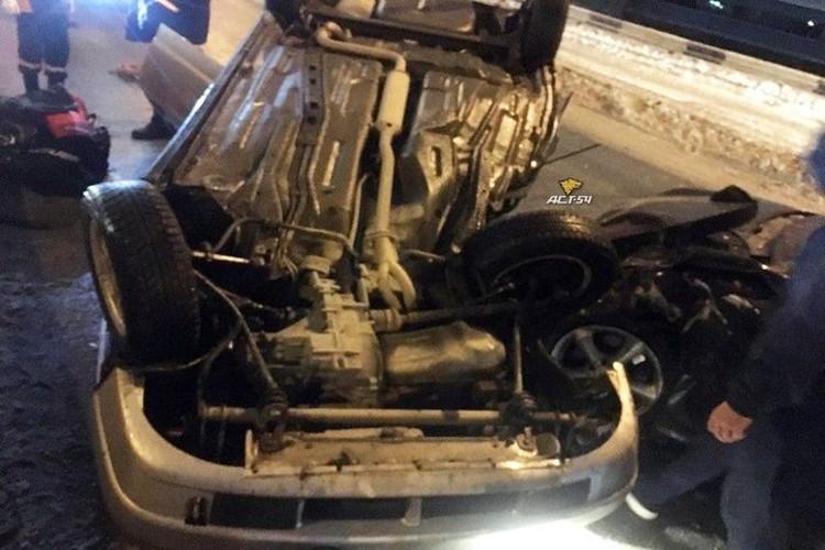 Пассажиры отечественного авто в тяжелом состоянии доставлены в больницу. Фото: «АСТ-54»