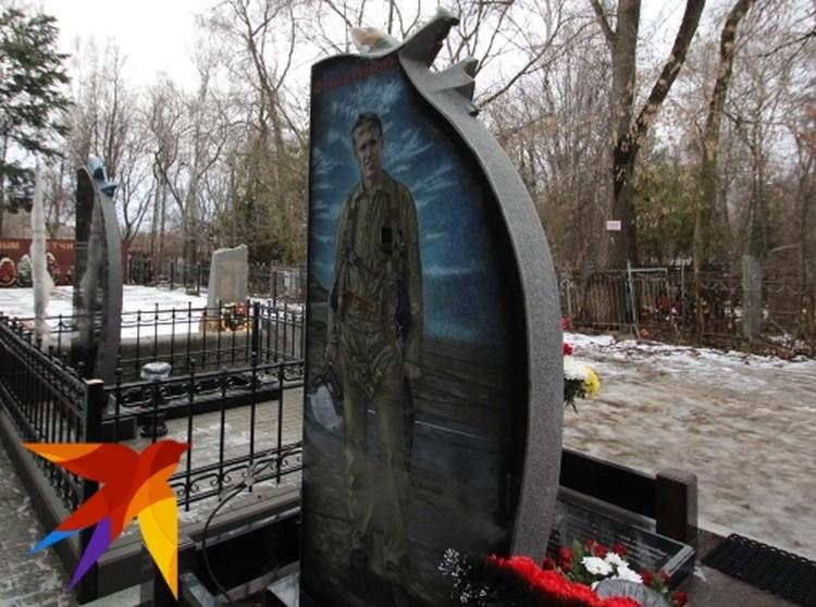 На обратной стороне: фотография счастливого Романа и яркая красная надпись «Это вам за пацанов!»