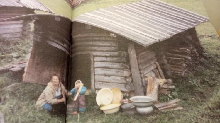 С внучкой коло бани в деревне Корниловой Верхнетоемского района. Фотографии для книги сделаны Дианой Никитиной.