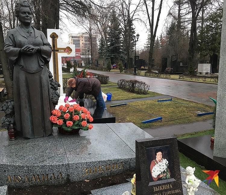 Экс-мэра похоронят рядом с Людмилой Зыкиной и Сергеем Михалковым.