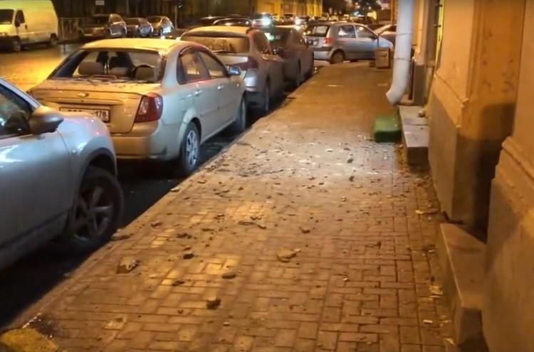 Штукатурка посыпалась прямо на тротуар, но, к счастью, никого не задела. Фото: vk.com/mytndvor