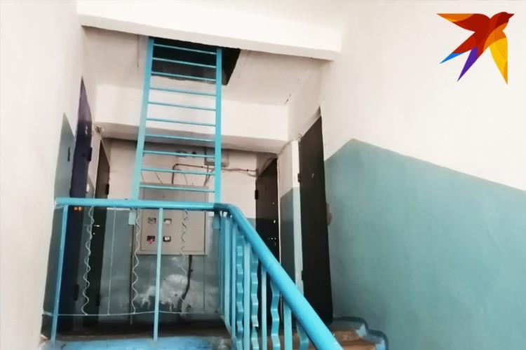 На этой лестничной площадке находится квартира, в которой проживала погибшая с сыном