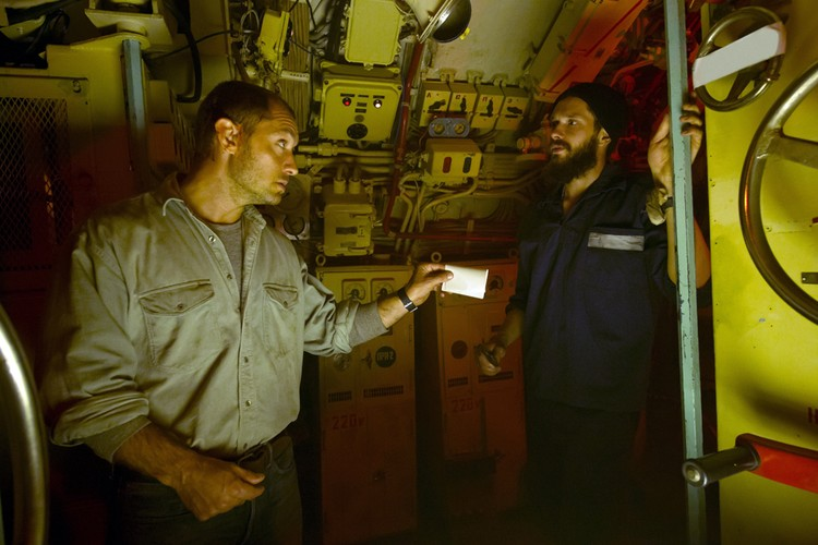 Добрыгин (справа) с Джудом Лоу (сцена из фильма «Черное море», 2014)