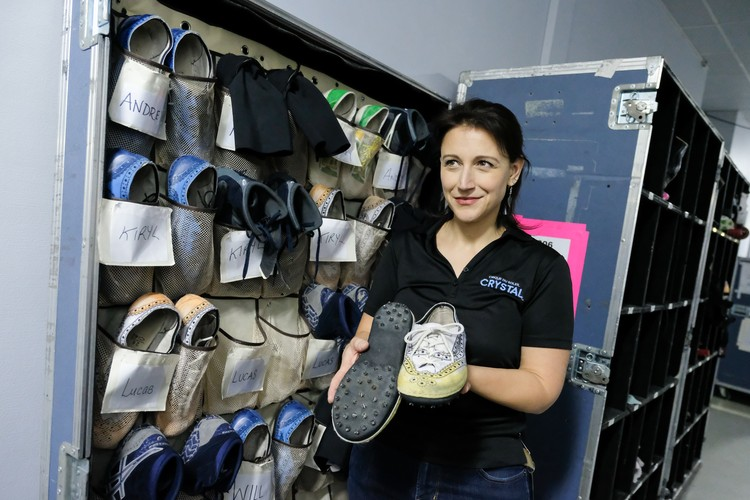 Для акробатов на льду создана специальная обувь, на подошвах которой острые «кошки».