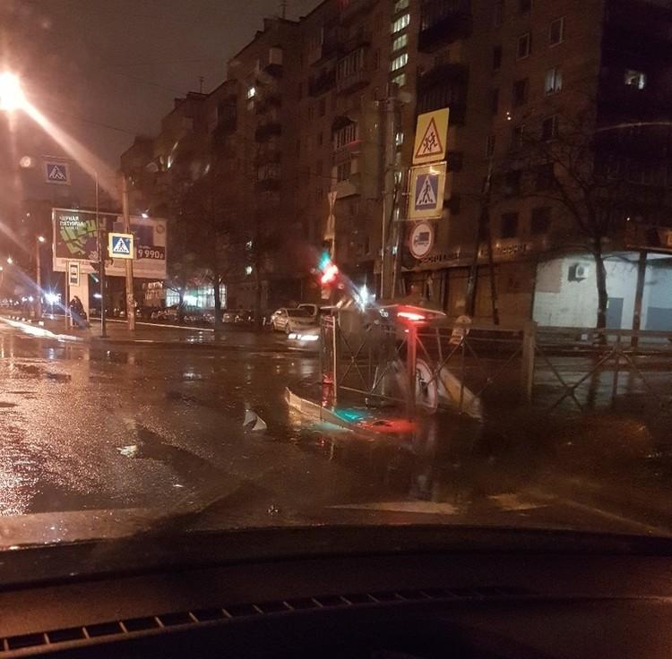 Не выдерживают даже крепкие светофоры. Фото: СОЦСЕТИ