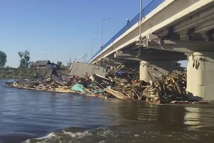 Мост через реку Ия в Тулуне во время наводнения. Фото: МЧС России.