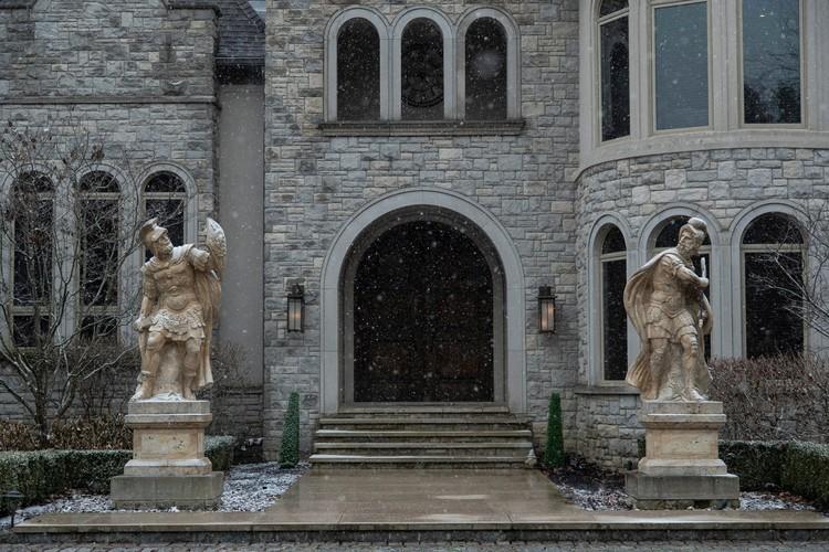 У входа гостей встречают скульптуры двух античных воинов. ФОТО: realtor.com
