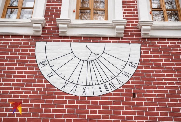 По солнечным часам на Лопухинских палатах до сих пор можно узнать время. Но лишь в солнечные дни...