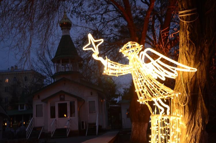 Каждый день в Комсомольском саду праздничная программа.