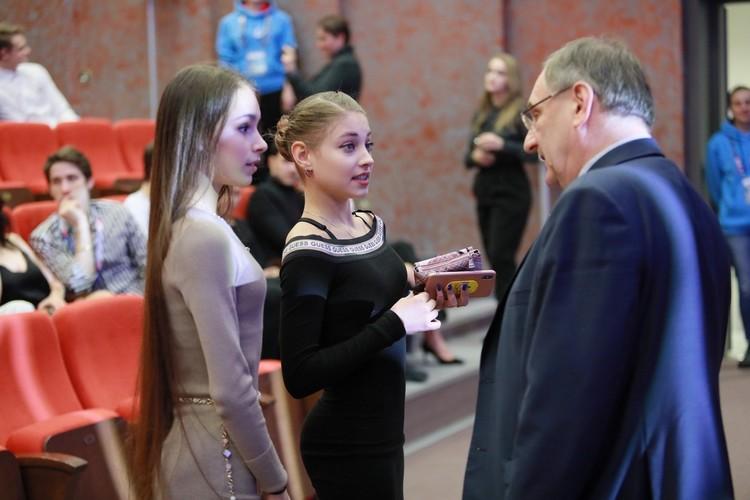 Анна Щербакова и Алена Косторная на жеребьевке