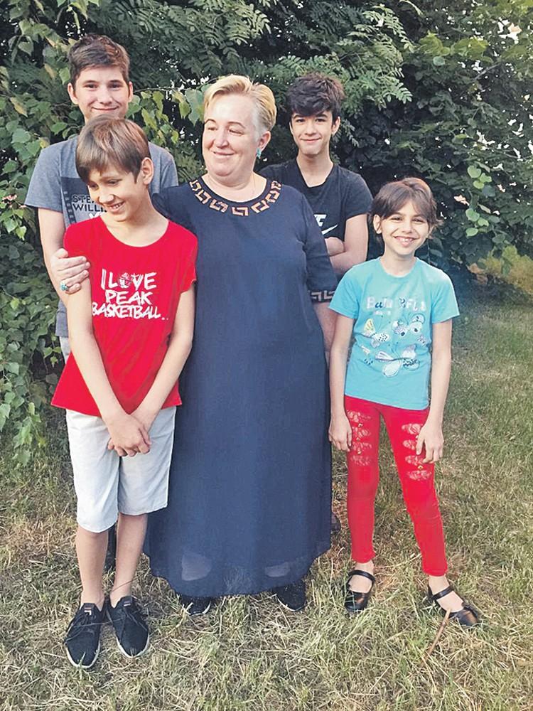 Учитель начальных классов Марина Озчелик (в центре) воспитывает не только своих учеников, но и пятерых приемных детей. Фото: Семейный архив